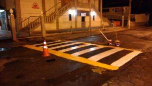 Equipe da Secretaria de Segurança Pública pinta faixas de sinalização nas ruas Manoel Dias e Dr. Oliveira, ambas na Barra do Imbuí